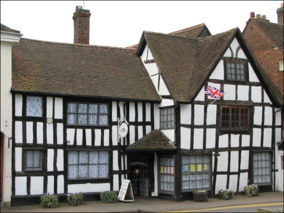 Автентична тюдорска къща.. Можете да видите такива на много места в Англия
