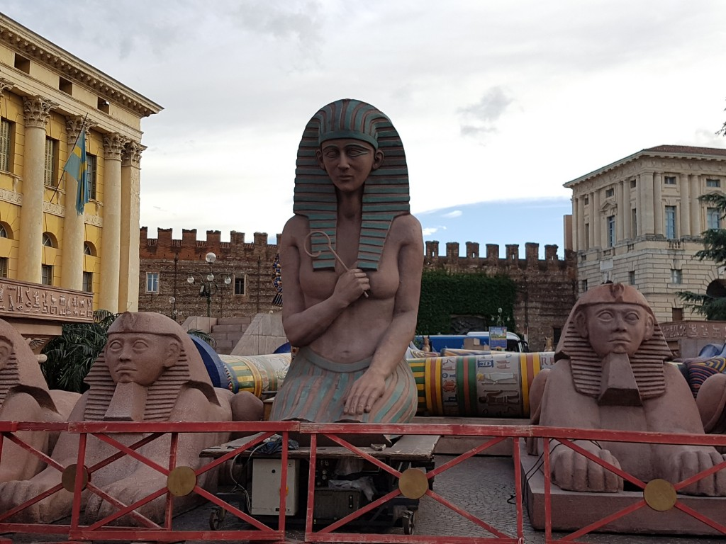 """Декорите за операта """"Аида"""" в очакване на реда си. Снимка: Дани"""